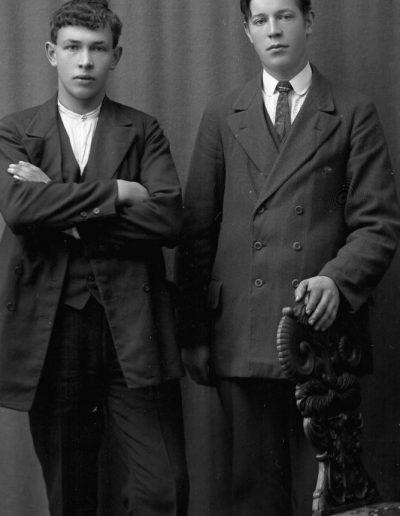 Grannarna Sixten Lindell och Herman Johansson